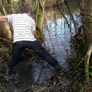 Claude facilite le passage de l'eau du petit lac