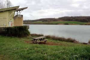 Table de pique-nique près du lac